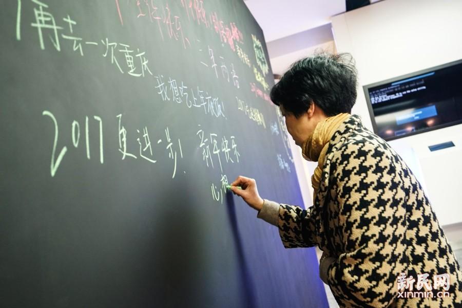 展览现场还设立了一块心愿黑板,观展者可以写下2017的新年愿望。新民晚报新民网 图