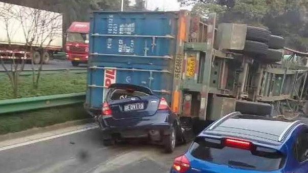 S20外环高速一集卡侧翻压轿车 轿车司机当场身亡