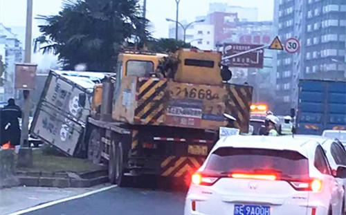 沪大渡河路今晨发生一起7车相撞事故两人轻伤