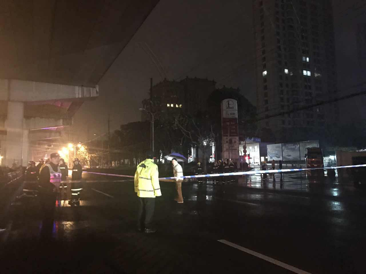宝山区沪淞油气站内一槽罐车泄漏 暂无人员伤亡