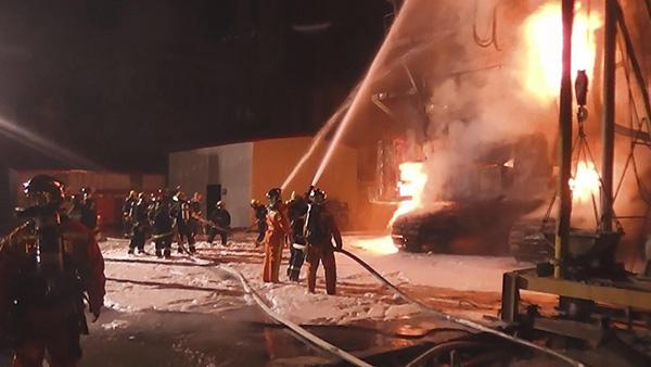 江西南路一工地施工用铣槽机凌晨起火 无人伤亡