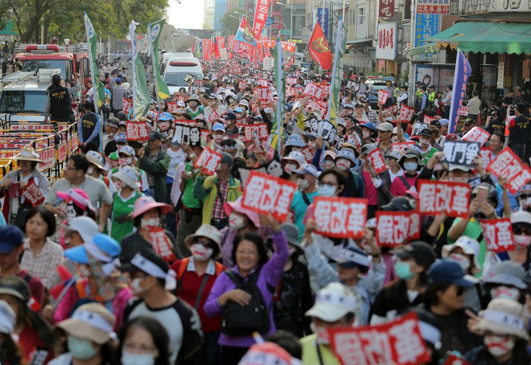 台湾拟出台新规教师65岁才退休 遭家长抗议