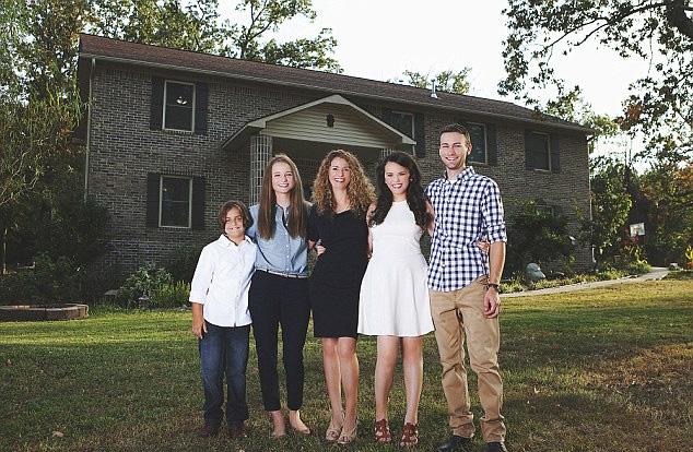 美国母子5人为摆脱家暴 亲手建造价值数百万豪宅