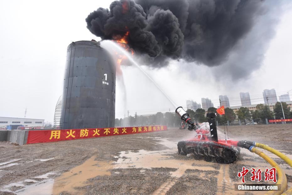 """""""消防机器人""""亮相湖北大冶 可深入火场内部灭火"""