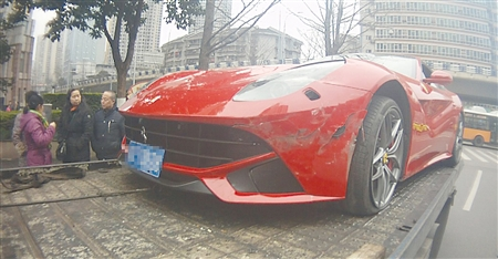 法拉利撞上面包车 初步估计车损近30万元(图)