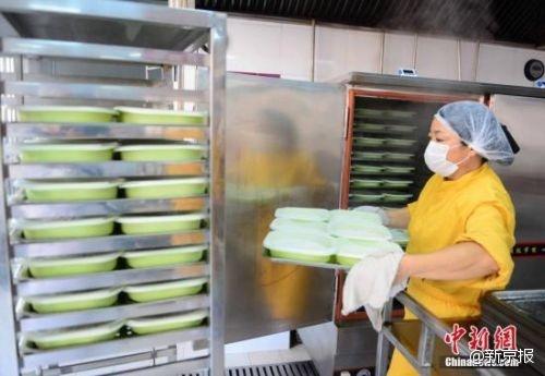 探访春运高铁盒饭生产基地:15元的仍生产 45元的产量超半