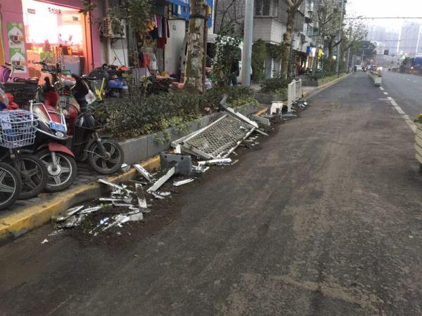 一外籍男子上海驾车失控撞飞护栏 疑因弯腰捡拾物品