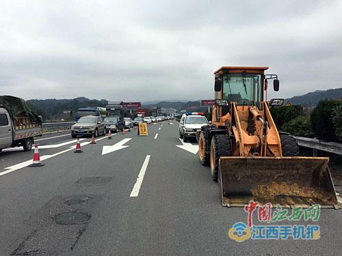 省高速交警总队八支队安定工作组民警在龙河老城枢纽对拥堵车辆