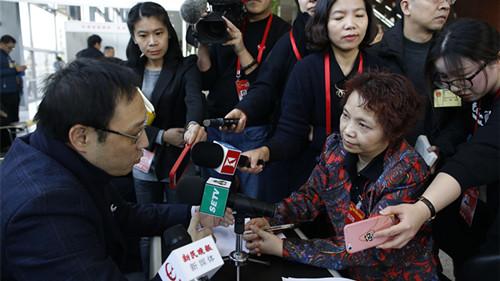 上海两会丨中运量公交怎么优化?教育怎么减负?委办局摆摊与代表面对面