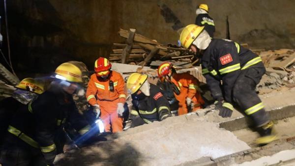 南漳通报酒店背后山体崩塌 现场还有几百立方米危岩体