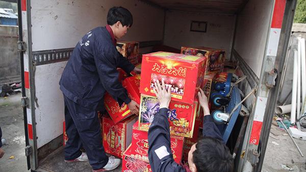 沪松江警方查获18箱烟花爆竹 藏于车辆后备箱被子中