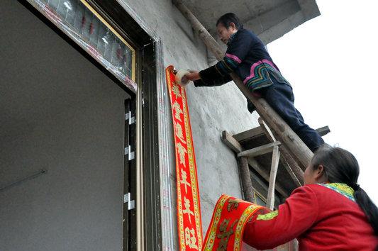 【网络媒体走转改】古蔺彝寨同胞搬新家喜迎新春