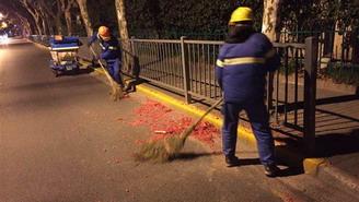 除夕夜2万余名环卫工清扫1.49万吨垃圾  外环内未有烟花爆竹垃圾