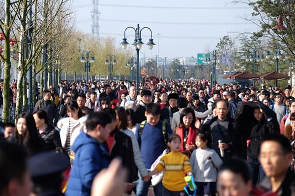上海迪士尼乐园现大客流 排队1小时入园今明均停售现场票
