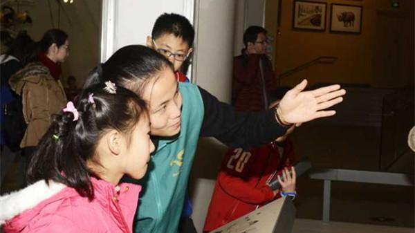 """""""健康小橘子""""服务他人迎新年 上海健康医学院大年初一志愿服务成传统"""