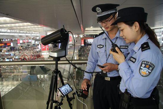 上海铁警调阅30个监控至深夜 只为找回河南母子万元看病钱