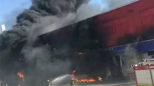 松江一果品仓库今天下午起火 事故未造成人员伤亡