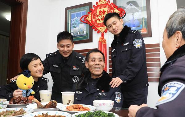 """沪一两代五人""""警察之家""""昨晚团聚 今日再度""""全员上岗"""""""
