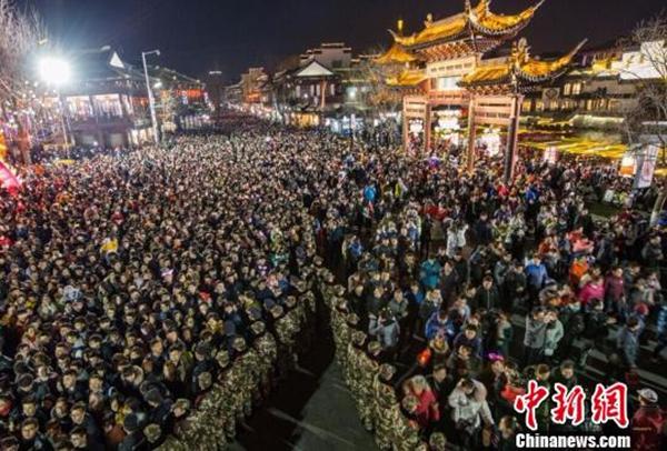 元宵夜南京秦淮灯会人流量超60万