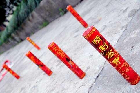 杨浦一小区外惊现大量被弃高升 警方:别乱扔可上交回收点