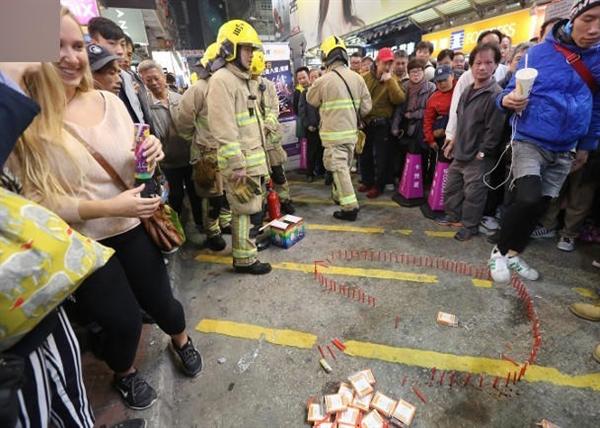 女子摆蜡烛求婚大30岁男友:还没点燃消防员就已赶到