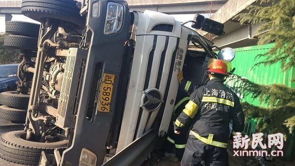 大货车侧翻司机被卡驾驶室 松江消防巧妙救人