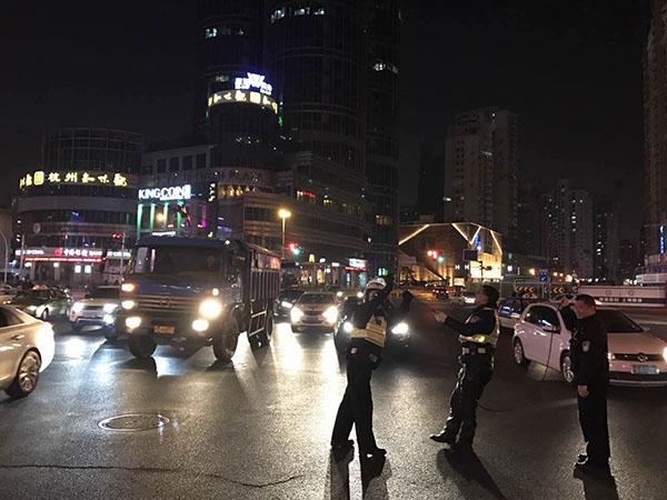 沪普陀长寿路口架空线被拉断致多辆轿车受损