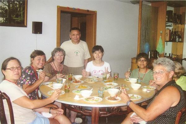 """在自家饭桌上,他向一批批""""歪果人""""讲中国故事"""