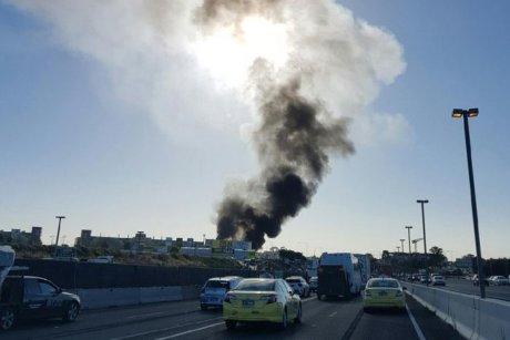 澳大利亚一架载有5名乘客飞机撞击商场后坠毁