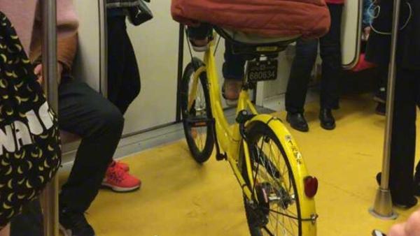 男子骑共享单车现身地铁车厢 系逃票入内