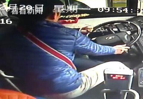 68路公交司机突发疾病身亡 乘客拉手刹合力救助