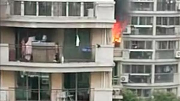 上海康城小区一高层住宅楼起火 事发时屋内无人