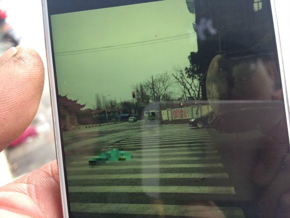 痛心!沪长华路一水泥车与电瓶车相撞 一死两伤