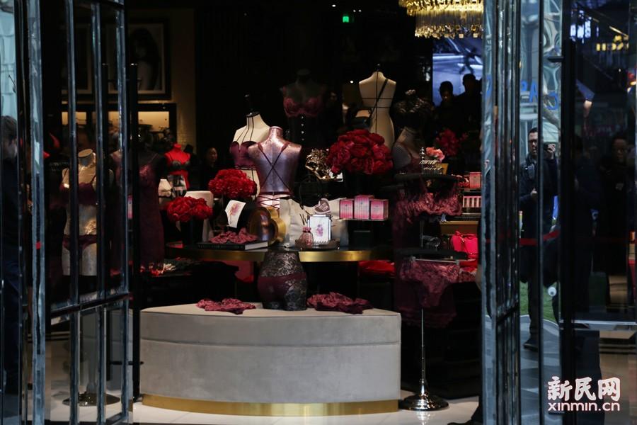 与之前上海开张的多家维密专卖店不同,此次开张的是全品类旗舰店将出售维密旗下全线内衣产品。新民晚报新民网见习记者 唐梦葭 图