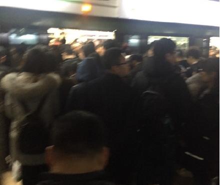 """沪地铁2号线晚高峰紧急装置启动""""逼停""""列车"""
