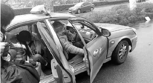女子带着外婆骨灰乘出租车被拒载 司机:太忌讳