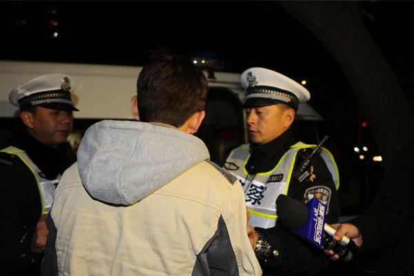 联勤设卡严查酒驾 浦东警方开展酒驾专项整治