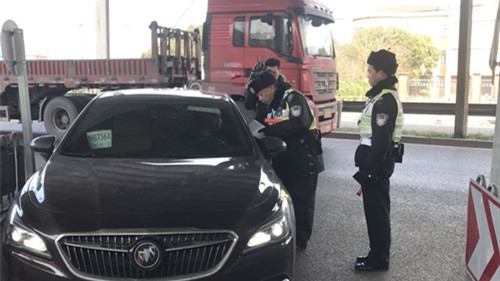 道口检查站开展宣传告知 交警提醒:请市民及时处理交通违法