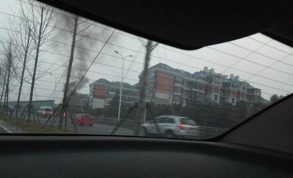 浦东锦绣路成山路口一电瓶车自燃 火已扑灭无人员伤亡