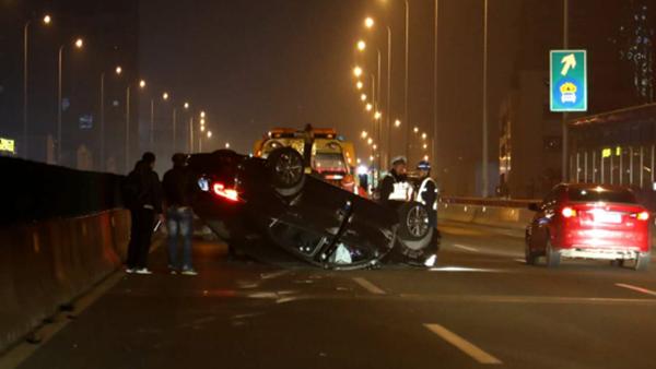 昨晚沪杨浦大桥发生两车事故 标致车四轮朝天安全气囊弹出