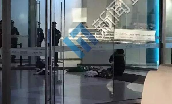 天津两兄妹商场坠亡 家长拉一个时失手致另一个坠落