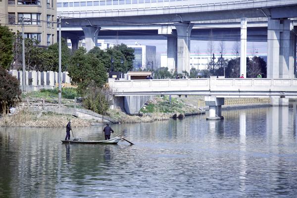 上海一老伯昨河道钓鱼失联 救援力量正努力搜索