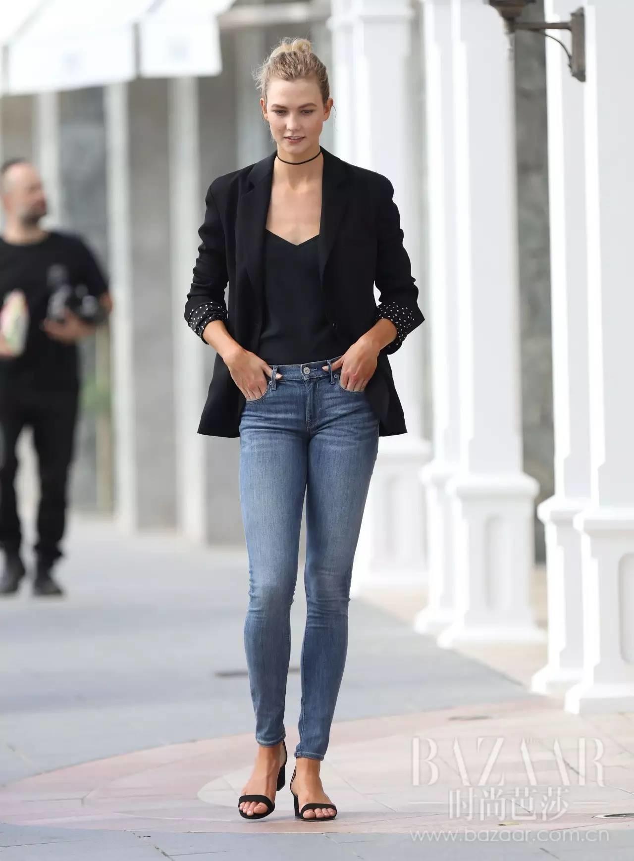 西装下面搭配时髦的裙加裤的穿法,既显俏皮又带有一丝潇洒帅气.-