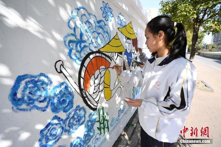 江西新余学生妙手巧绘废置围墙成风景