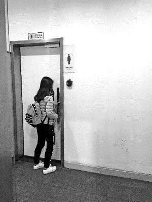 写字楼卫生间装门禁 上厕所要先交百元押金办卡