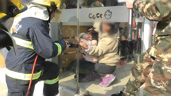小女孩手卡玻璃门 消防1分钟成功救援