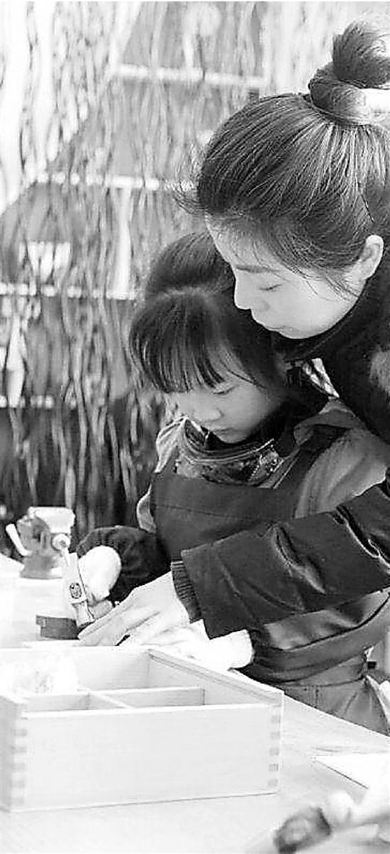 幼儿园开出了木工坊 祖传手艺女老师成总教练