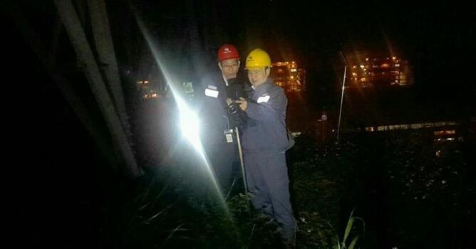 东莞供电局:春季线路防污闪 夜巡保供电安全
