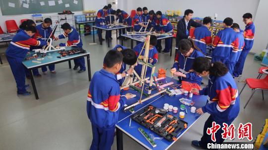 全国青少年未来工程师竞赛成为<a href='http://search.xinmin.cn/?q=青少年科技' target='_blank' class='keywordsSearch'>青少年科技</a>实践的重要展示平台。 马海燕 摄