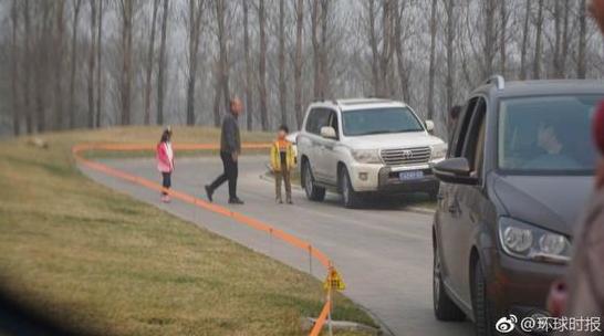 一家人在北京野生动物园白虎区多次下车 员工劝阻2次